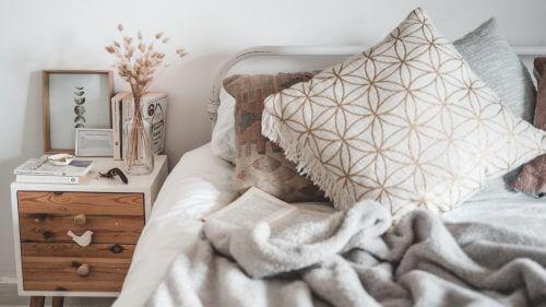 Bett im skandinavischen Landhausstil