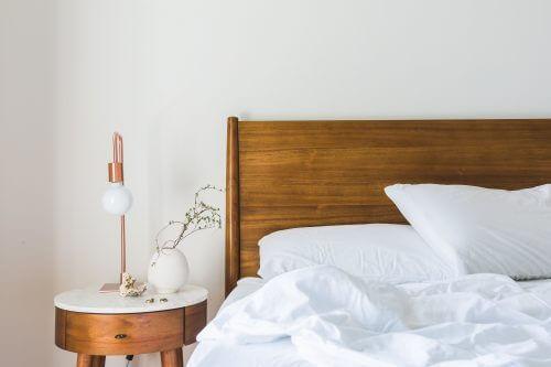 Skandinavisches Bett aus Holz