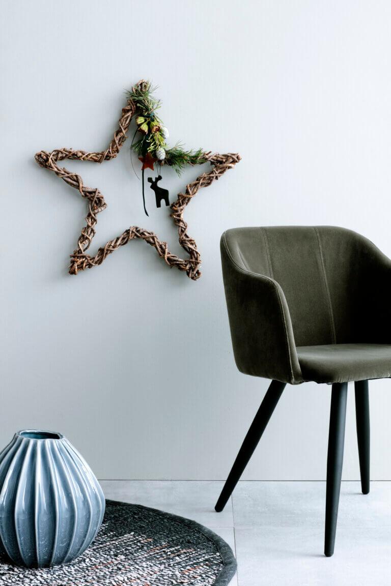 Broste Copenhagen: Modernes Wohnzimmer dekoriert
