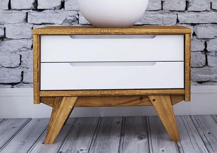 Skandinavischer Nachttisch mit weißen Schubladen