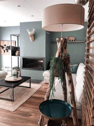 Skandinavisches Wohnzimmer in dunkleren Farben mit rundem und eckigem Couchtisch