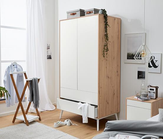 Skandinavischer Kleiderschrank Holzrahmen und weiße Türen