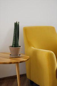 Ein minimalistischer skandinavischer Loungesessel.