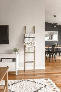 Gemütlicher Teppich in skandinavischem Design im Wohnzimmer.
